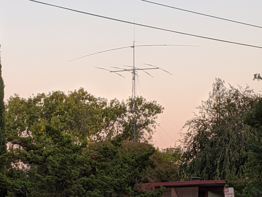 Foto de una torre de antenas de radioaficionado